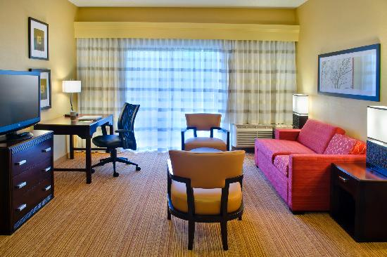 Courtyard by Marriott Allentown Bethlehem: Suite Living Room