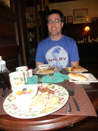 Coombs House Inn: Enjoying Pecan Pancakes and Fruit