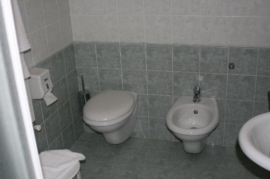 Villa Fontana Hotel: Bagno pulitissimo, profumato e sterilizzato ogni mattina