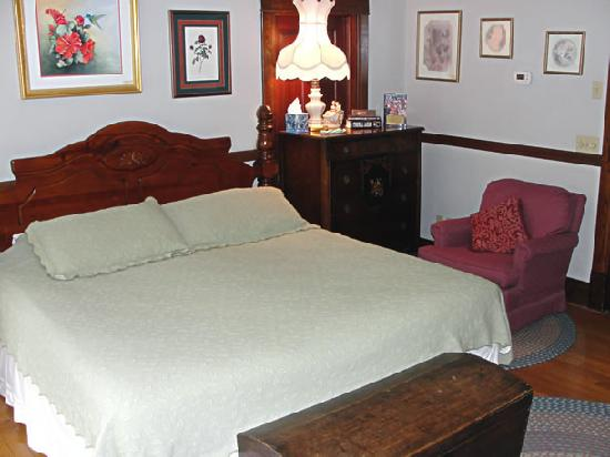 Stonewall Jackson Inn: Cozy, well-equipped rooms with vintage décor, soft and sensuous luxury sheets and pillows, and h