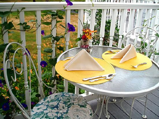 Stonewall Jackson Inn: Enjoy outside patio-deck dining or dine in our sunny, cozy back porch Paradise Cafe.