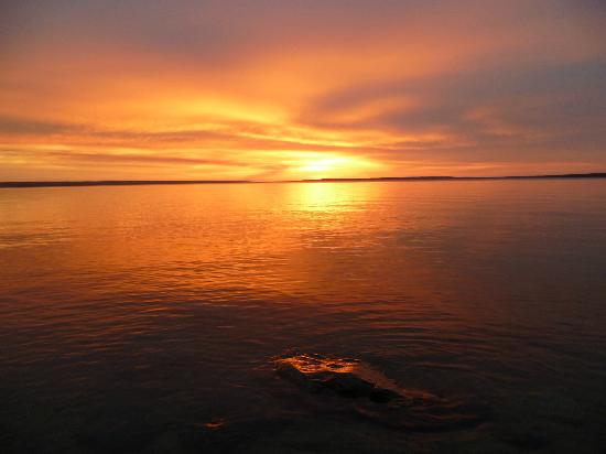 Waskesiu, Канада: Right infront of the hotel, down by the edge of the water, the sunset is surrreal