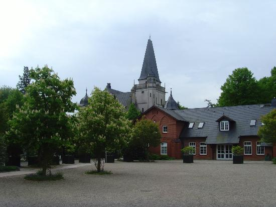 Hotel Schloss Tremsbuttel : Konsulat neben Hauptgebaeude