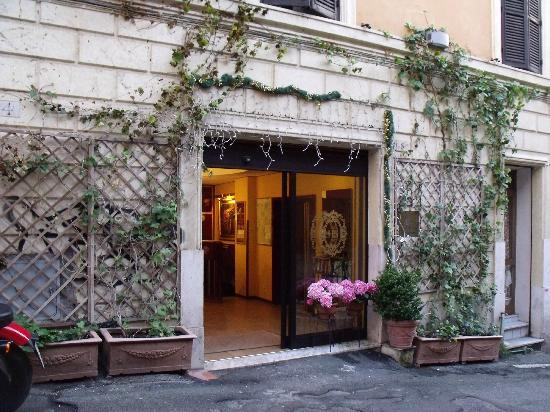 Hotel Saturnia: Entrance on a side street