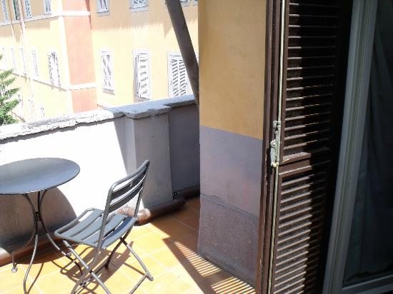 Hotel Saturnia: Our side of the shared balcony