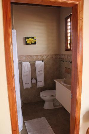 Red Mangrove Isabela Lodge: Scalesia room - bathroom.