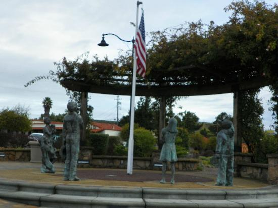 Pea Soup Andersen's Inn: Flag avenue statue at driveway to restaurant/hotel property