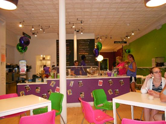 Woo Berry Frozen Yogurt & Housemade Ice Cream: Inside facing order counter