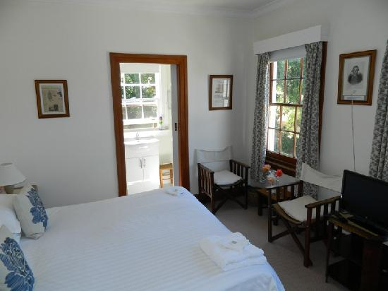 Explorers Lodge : James Cook Room with King bed