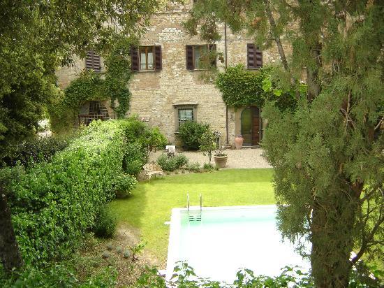 La Canonica di Cortine: vue sur la maison en face avec le bruit de la filtration piscine