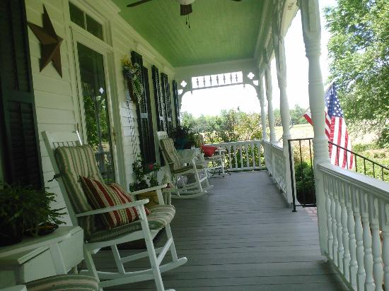 Springfield Bed and Breakfast: Front porch - I was on the swing