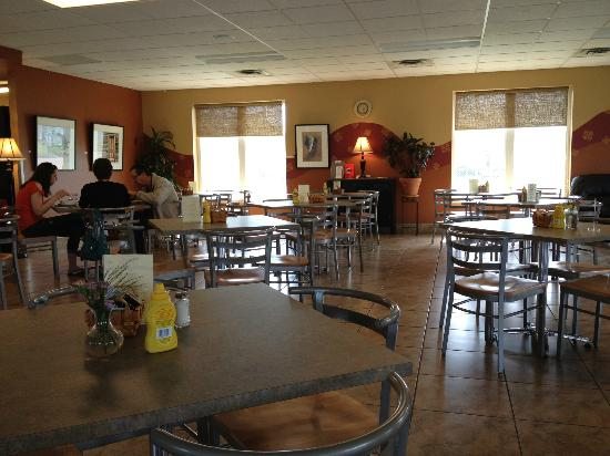 Prissy Pig : Spacious dining room (we were there right before close)