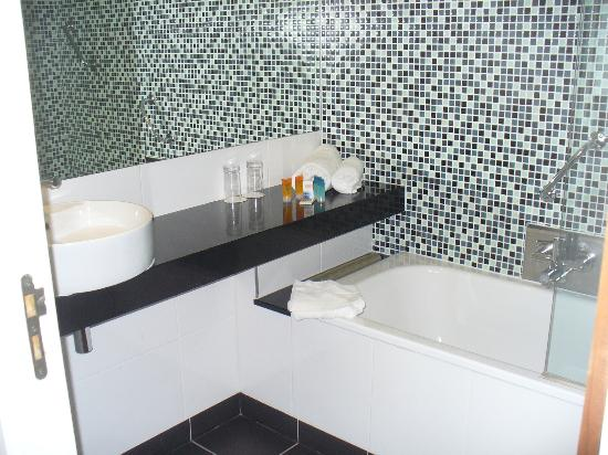 Clayton Hotel Galway: More of the bathroom