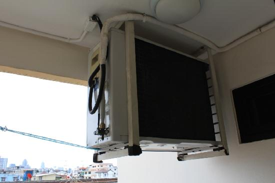 Sitara Place Serviced Apartments: Air con unit, sounds like a tank.