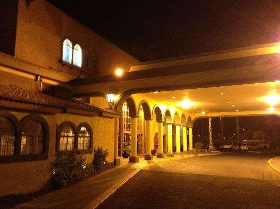 Hotel Tucson City Center Conference Suite Resort: hotel frontage at night