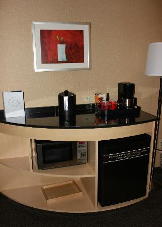 Cambria hotel & suites Noblesville - Indianapolis: Bar area, with coffee maker and refridgerator