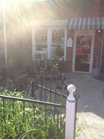 Dot's Coffee & Tea Shop: Courtyard of Shop