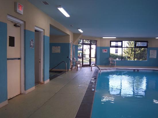 Super 8 Nashville Airport Music City Area: Pool, shower on the left, hot tub beyond