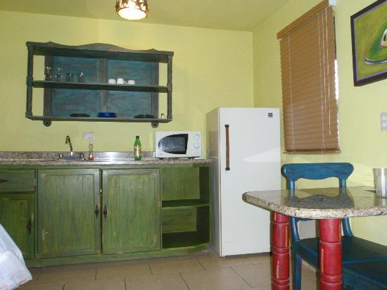 Siesta Suites: Kitchen with dishes, soap and glasses