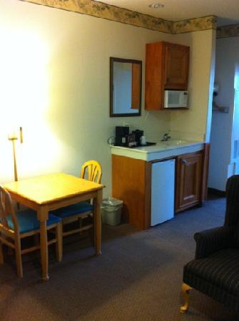 Country Inn & Suites By Carlson, Houston Intercontinental Airport East: kitchen area