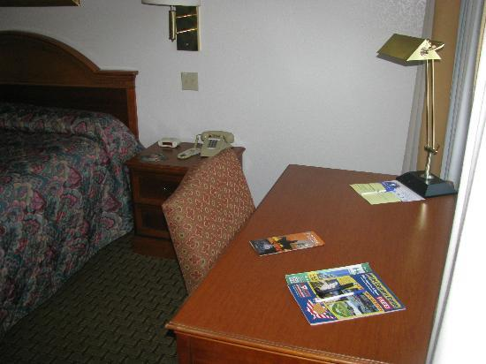 Americas Best Value Inn & Suites Cheyenne: Desk adequate to work