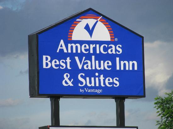 Americas Best Value Inn & Suites Cheyenne : Sign near Exit 10