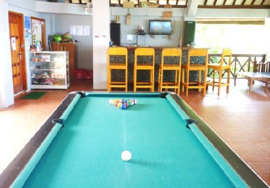 Damai Bungalows: pool table, bar with satellite tv
