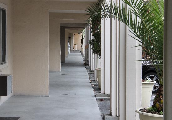 Caravelle Inn & Suites: Exterior Hallway