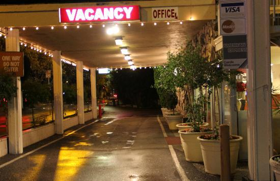 Caravelle Inn & Suites: Entry Driveway