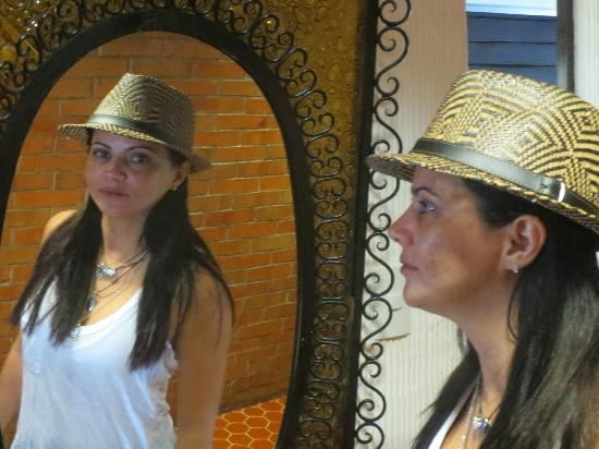 Amberes Suites: O luxuiso espelho do corredor da suite é só uma amostra do conforto dos demais móveis.