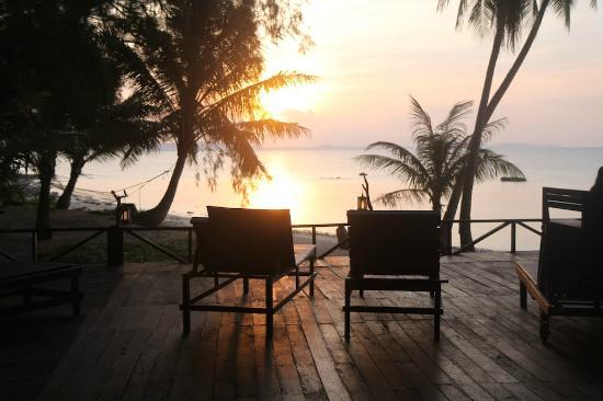 Rimba Resort: Relax on the deck with an excellent cocktail