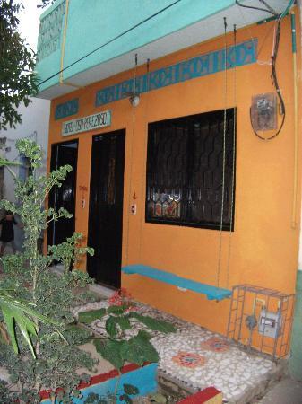 Hotel Oso Perezoso: Front view of Oso Perezoso