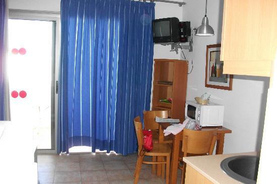 Apartamentos Dolores: tavolino e angolo cottura