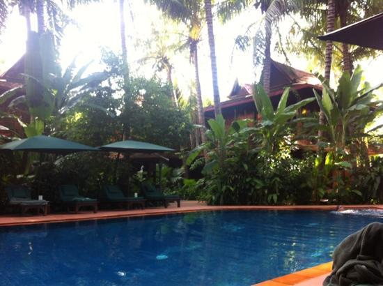 Angkor Village Hotel: poolside