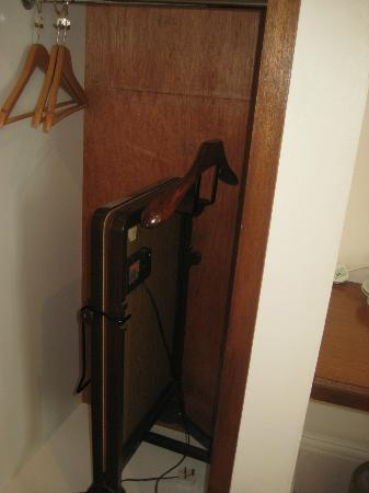 Gatwick Cambridge Hotel: trouser press