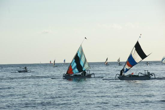 Palm Garden Amed Beach & Spa Resort : Boote beim allmorgendlichen Fischgang