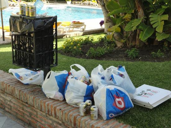 Aloha Gardens: Rubbish left around the pool 2