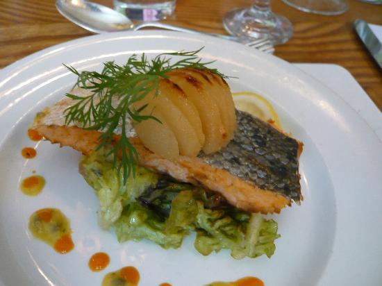 Chatters Restaurant: Salmon with pear - yum.