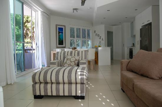 The Emerald Resort Noosa: Main living room looking toward the kitchen, balcony looking out to Hastinngs st on the left
