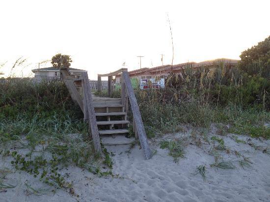 أوشن فرونت بارادايس ريزورت: Steps from hotel to beach