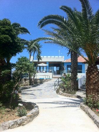 Sandy Beach Hotel: Walk to beach/bar