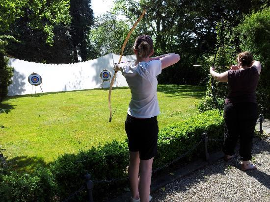 Cae'r Blaidd Country House: Archery in the garden