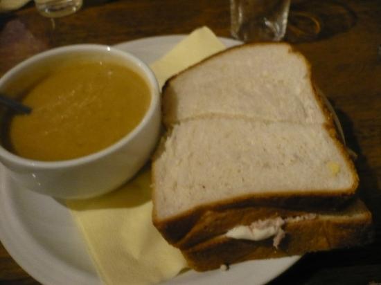 The Waterfront Bar: zuppa e sandwich nel menù fisso a 5,5€