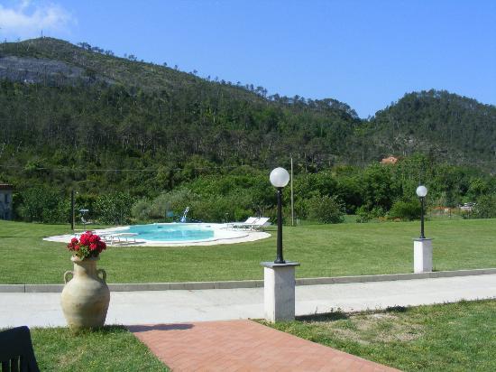 B&B Terra Di Liguria: Blick von unserer Terrasse zum Pool