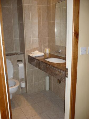 Kilkenny Inn Hotel: marmo nell'enorme bagno