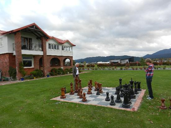 Te Anau Lodge: Playing chess in the garden