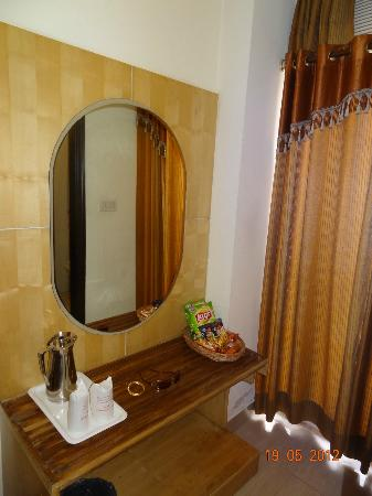 Hotel Delhi City Centre: The dressing table
