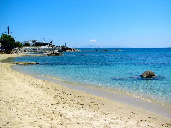 ليانا هوتل: Beach across from the hotel - gorgeous!