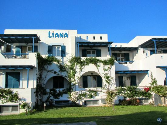 Liana Hotel: Another view of the front of the hotel