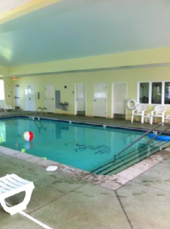Bay Pointe Inn & Restaurant: The pool and tiny gym.